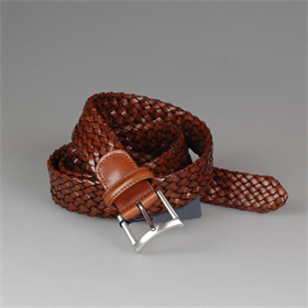 This braided leather belt is hand woven on both sides. You prefer this antique brown colour or black? It might be the perfect match with your jeans or chino's. Are you more into braces? Have a look at our wide collection of belts and braces.